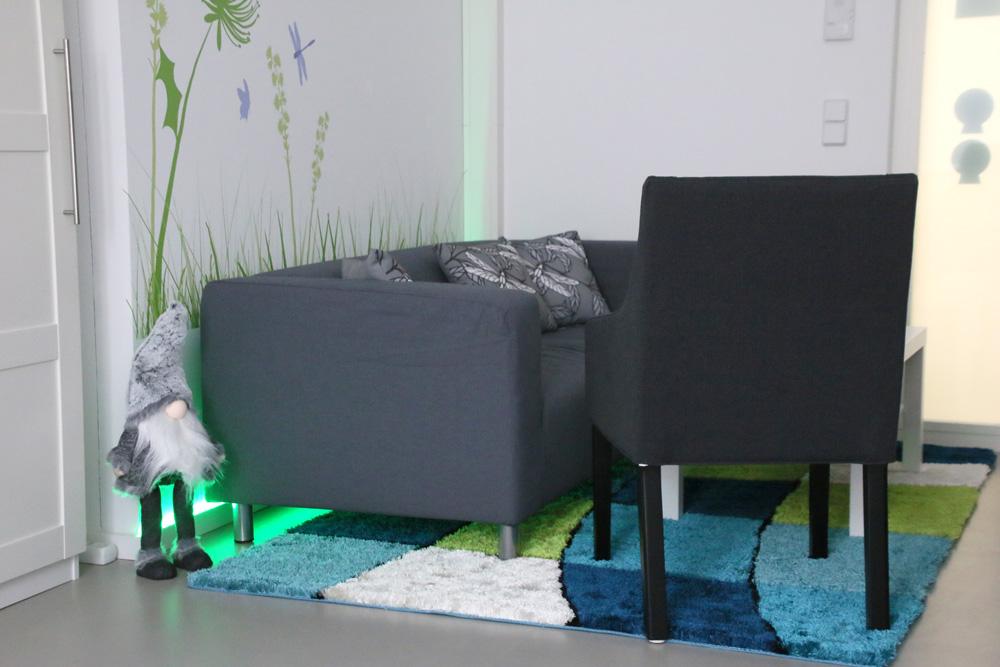 Gemütliche Sitzecke im Praxisraum von energie beflügelt